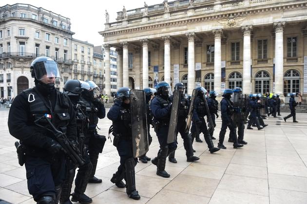 """Policiers anti-émeutes pendant une manifestation de """"gilets jaunes"""", à Bordeaux, le 29 décembre 2018"""