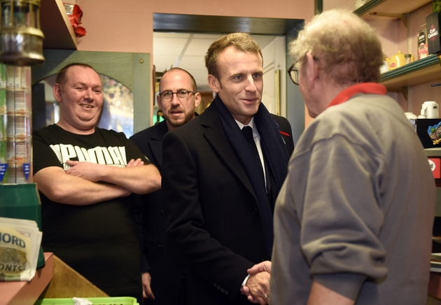 Emmanuel Macron (C) avec le patron d'un bar PMU de Bully-les-Mines, dans le nord de la France le 9 novembre 2018