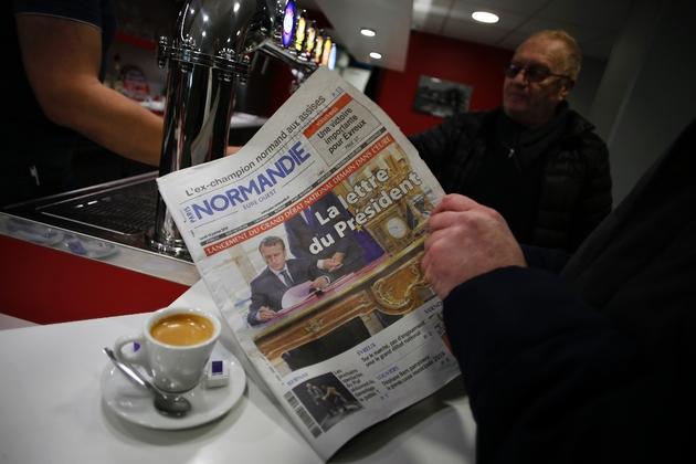 Un habitant de Bourgtheroulde-Infreville lit la lettre du Président aux Français dans le journal, le 14 janvier 2019