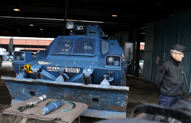 Un véhicule blindé de la gendarmerie, le 7 décembre 2018 stationné à Versailles et prêt à être mobilisé samedi dans les rues de la capitale