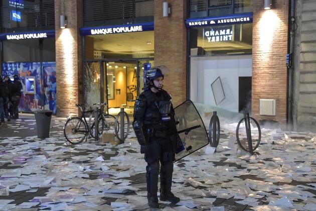 """Une agence bancaire mise à sac à Toulouse lors de la manifestation des """"gilets jaunes"""", le 19 janvier 2019"""