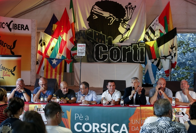 Le député corse Michel Castellani (3e d), les nationalistes Charles Pieri (g), Pierre Paoli (3e d), le président de l'Assemblée de Corse Jean-Guy Talamoni (4e d) lors des 38e Journées nationalistes de Corte, le 5 août 2018 à Corte