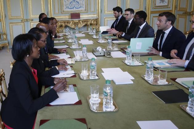 Emmanuel Macron reçoit les représentants de l'association Ibuka France à l'Elysée, le 5 avril 2019