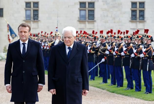 Le président Emmanuel Macron et son homologue italien Sergio Mattarella (d) passent en revue la garde d'honneur lors d'une cérémonie pour célébrer le 500e anniversaire de la mort de Léonard de Vinci, le 2 mai 2019 au château d'Amboise
