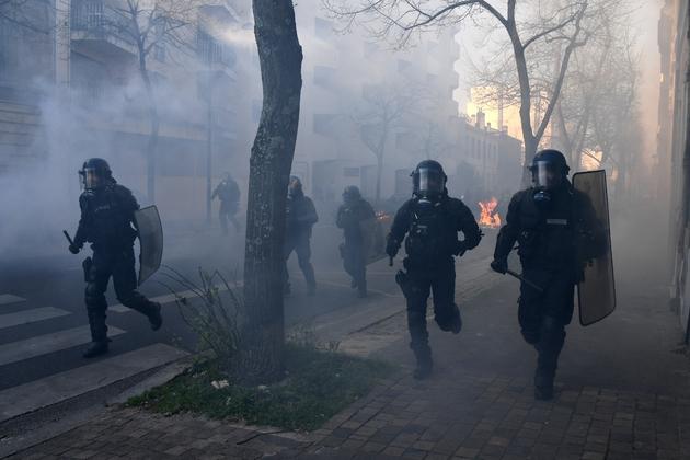 """Des gendarmes lors de heurts avec des manifestants lors d'une manifestation de """"gilets jaunes"""", le 30 mars 2019 à Bordeaux"""