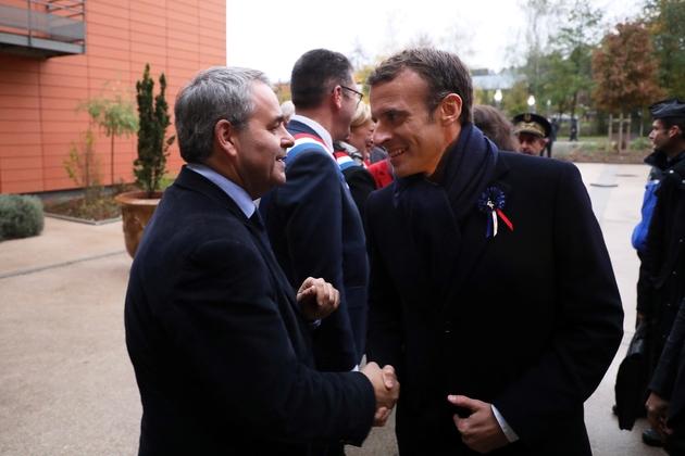 Emmanuel Macron (droite) et le président du conseil régional des Hauts-de-France Xavier Bertrand (gauche) à Rozoy-sur-Serre, le 7 novembre 2018
