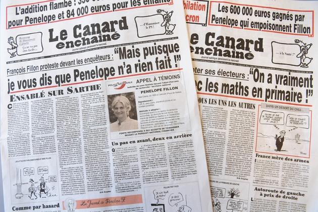 """Les deux """"Une"""" du Canard enchaîné, le 1er février 2017 à Paris"""