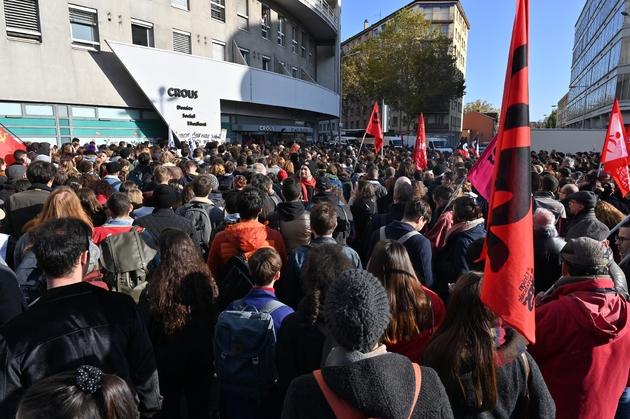 Des étudiants manifestent devant le CROUS à Lyon, quatre jours après l'immolation d'un étudiant, le 12 novembre 2019