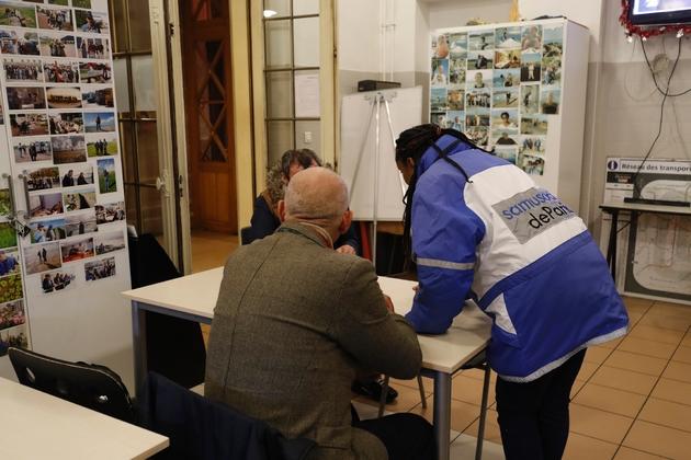 Un membre du Samu Social et deux sans-abri dans les locaux de l'organisation humanitaire, à Paris le 9 janvier 2017