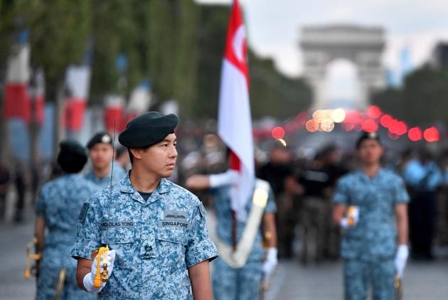 Des soldat de Singapour, nation invitée à défiler le 14-Juillet, lors d'une répétition le 11 juillet 2018