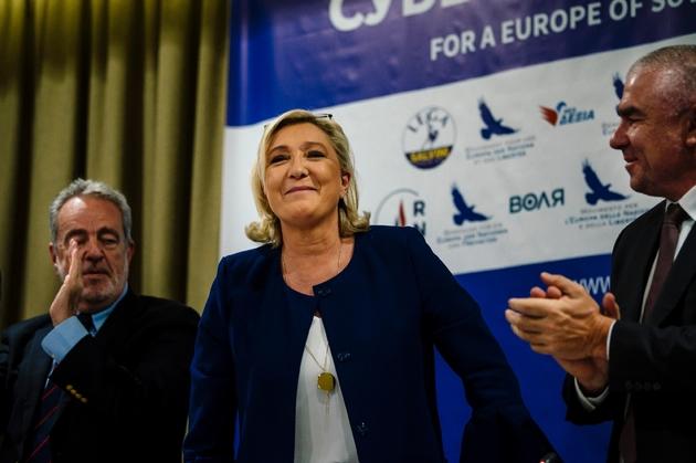 La présidente du Rassemblement National Marine Le Pen, entourée du Belge Gerolf Annemans, membre du parti Vlaams Belang (gauche) et du leader du parti bulgare Volya Veselin Mareshki (droite), à Sofia en Bulgarie, le 3 mai 2019