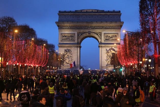 """Des """"gilets jaunes"""" rassemblés au pied de l'Arc de Triomphe, le 12 janvier 2019 à Paris"""