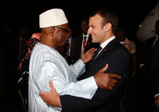 Le président français Emmanuel Macron est accueilli par son homologue malien lIbrahim Boubacar Keïta, président en exercice du G5 Sahel, à son arrivée à Bamako au Mali le 2 juillet 2017