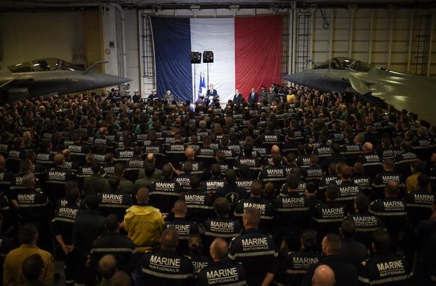 François Hollande s'exprime lors d'une visite à bord du porte-avions Charles-de-Gaulle en Méditerranée orientale, le 9 décembre 2016