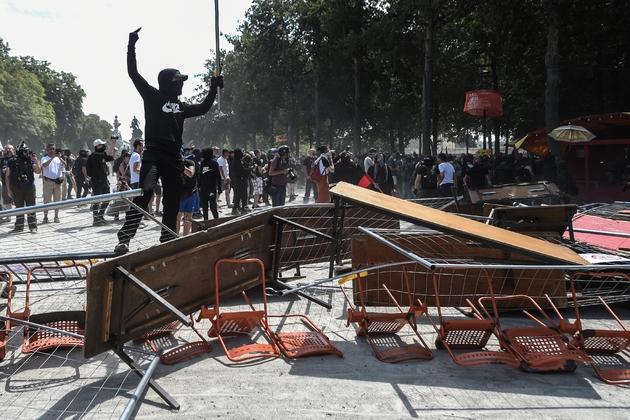 Des manifestants dressent des barricades dans le centre de Nantes, le 3 août 2019, lors d'une manifestation en mémoire de Steve Maia Caniço