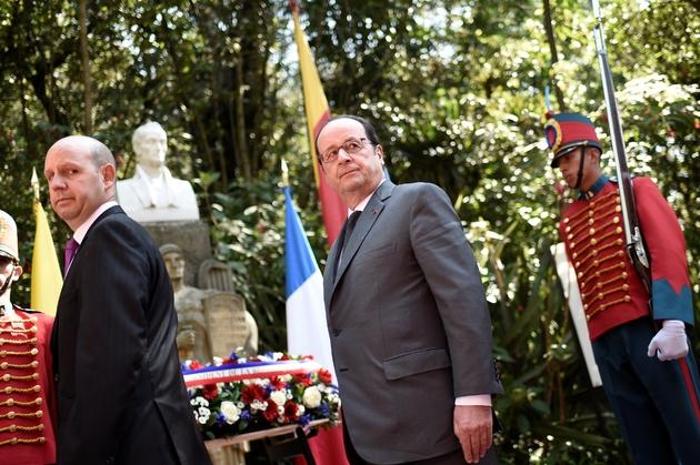 M. Hollande s'est rendu à la Quinta Bolivar, la maison de Simon Bolivar, et a déposé une gerbe devant la statue de la figure emblématique de l'indépendance sud-américaine, le 23 janvier à Bogota