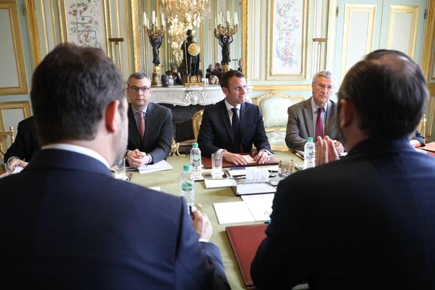 Emmanuel Macron, son chef de cabinet Patrick Strzoda, le secrétaire général de l'Elysee Alexis Kohler font face à Edouard Philippe et Christophe Castaner, à l'Elysee le 18 mars 2019