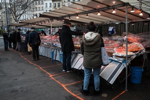 Marché de plein air à Paris, le 21 mars 2020