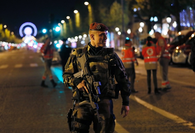 Un militaire patrouille sur les Champs-Elysées après une fusillade le 20 avril 2017