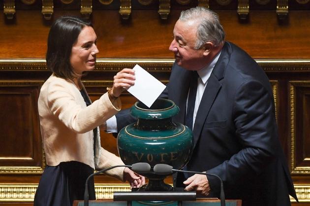 L'actuel président du Sénat Gérard Larcher dépose un bulletin, aidé par une assistante, lors de l'élection du président du Sénat, le 2 octobre 2017 à Paris.
