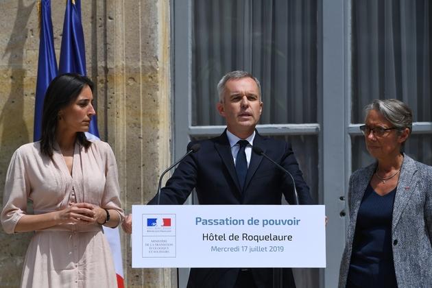 François de Rugy lors de sa passation de pouvoirs au ministère de l'Environnement le 17 juillet 2019, entouré de Brune Poirson (G) et Elisabeth Borne (D)