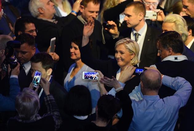 Frauke Petry de l'AfD et Marine Le Pen (FN) arrivent à une réunion à Coblence le 21 janvier 2017