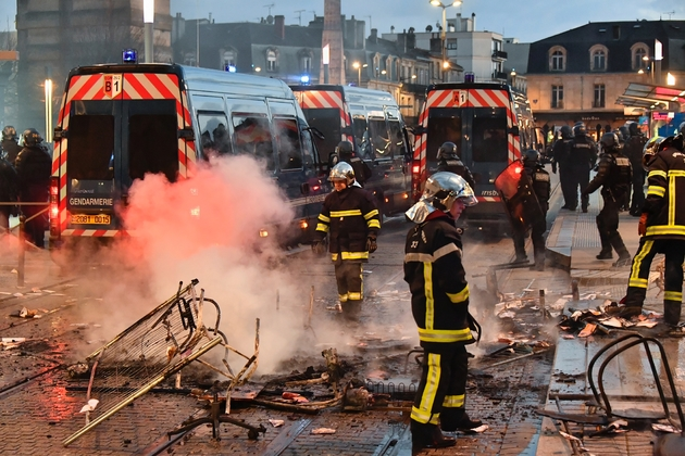 """Après des heurts en forces de l'ordre et """"gilets jaunes"""", place de la Victoire à Bordeaux, le 2 février 2019"""
