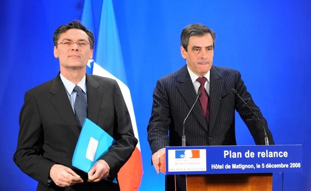 Le Premier ministre François Fillon (d) et le nouveau ministre chargé de la relance économique Patrick Devedjian lors d'une conférence de presse à l'Hôtel Matignon en décembre 2008