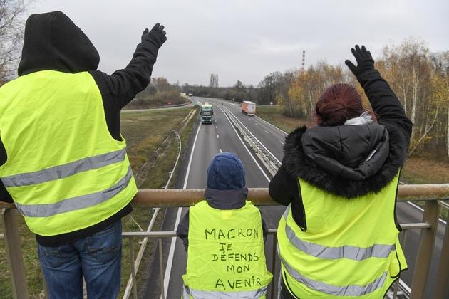 """""""Gilets jaunes"""" sur un pont au-dessus d'une route près de Montceau-les-mines le 21 novembre 2018"""