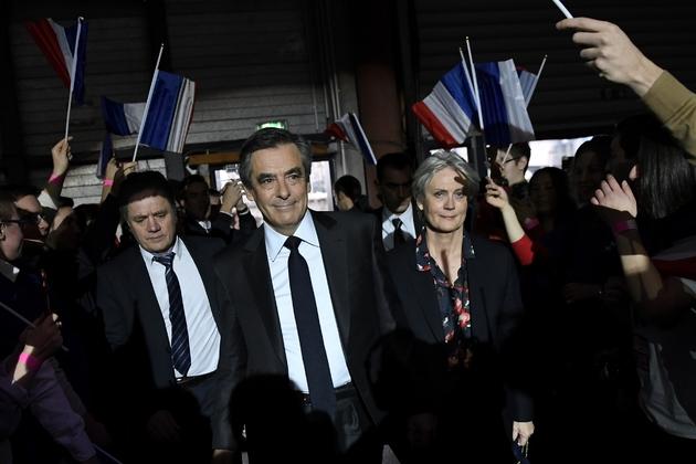 François Fillon (c) et son épouse Penelope (d), le 29 janvier 2017 à Paris