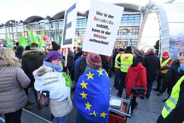 """Une pancarte disant """"qui dort en démocratie peut se réveiller sous la dictature"""" lors d'une manifestation contre une réunion des droites extrêmes européennes à Coblence le 21 janvier 2016"""