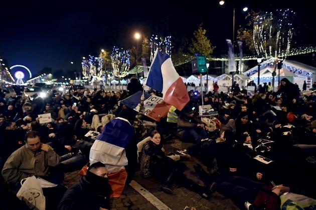 Manifestation de policiers protestant contre les attaques contre les forces de l'ordre et demandant plus de moyens, sur les Champs-Elysées à Paris le 24 novembre 2016