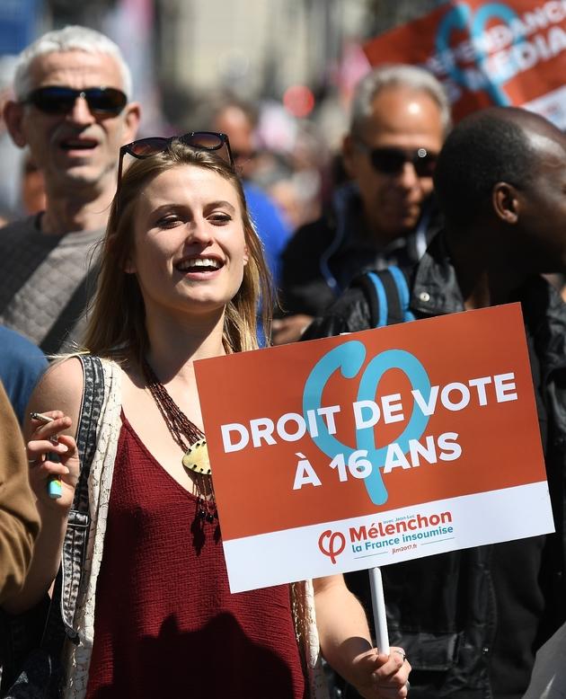 Présidentielle française: Mélenchon passe devant Fillon