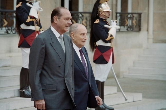 Le président sortant François Mitterrand et le président Jacques Chirac, le 17 mai 1995 à l'Elysée à Paris