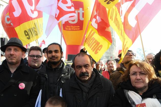 Le secrétaire général de la CGT Philippe Martinez (c) défile à Paris, au côté notamment d'Eric Beynel, co-délégué général de Solidaires (g), le 5 février 2019