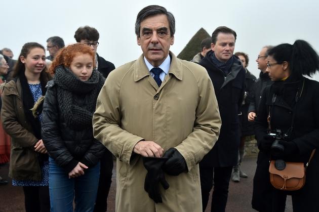Francois Fillon quitte une cérémonie d'hommage le 11 décembre 2016 à  Sablé-sur-Sarthe