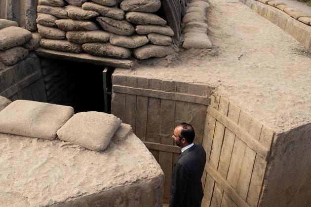 Le Premier ministre français Edouard Philippe visite l'ancien bunker militaire français à Dien Bien Phu, le 3 novembre 2018 lors de sa visite au Vietnam