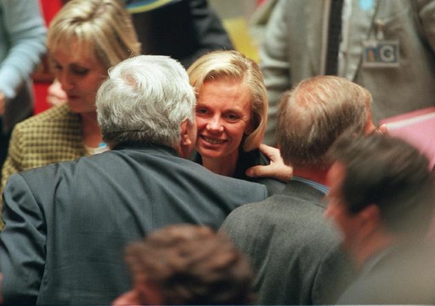 La ministre de la Justice Elisabeth Guigou est félicitée par les parlementaires de la majorité, le 13 octobre 1999 à Paris, après l'adoption définitive par l'Assemblée nationale du Pacte civil de solidarité (PACS) par 315 voix contre 249 et 4 abstentions.