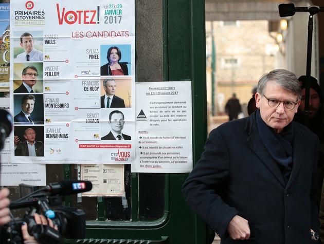 Vincent Peillon quitte un bureau de vote pour la primaire organisée par le PS, à Paris le 22 janvier 2017