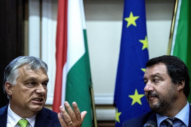 Le ministre italien de l'Intérieur Matteo Salvini (D) à côté du Premier ministre hongrois Viktor Orban lors d'une conférence de presse à Milan le 28 août 2018.