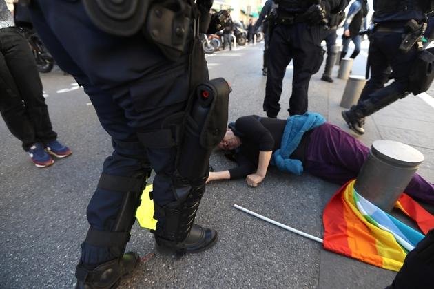 Geneviève Legay, à terre, blessée pendant la manifestation des gilets jaunes, le 23 mars 2019 à Nice