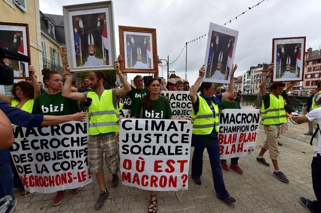Des manifestants brandissent des portraits du président français Emmanuel Macron, décrochés dans les mairies, à Bayonne le 25 août 2019