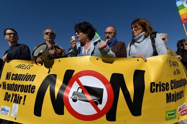 Des membres d'EELV dont Michèle Rivasi (C), lors d'une manifestation à Saint-Martin-de-Crau (sud) le 1er mars 2019