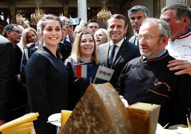 Le président Emmanuel Macron et des profesionnels des métiers de bouche et des fleurs lors d'une réception à l'Elysée, le 1er mai 2019 à Paris