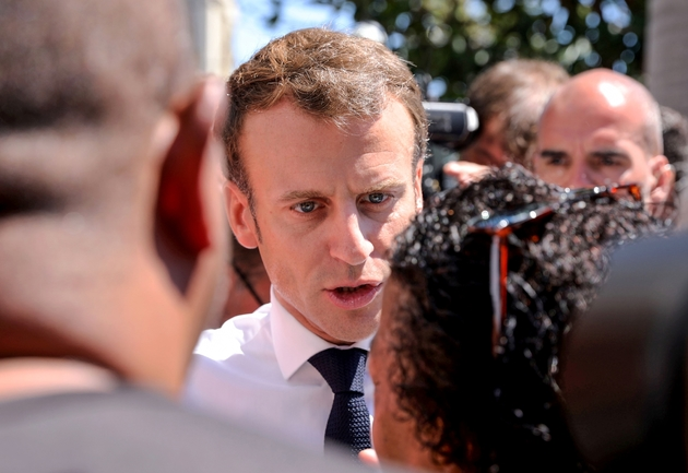 Le président Emmanuel Macron parle avec des habitants du quartier rénové des Camélias, le 24 octobre 2019 à Saint-Denis-de-la-Réunion