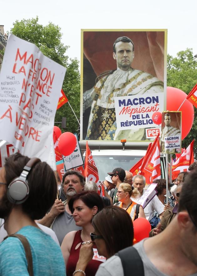 """Pancarte comparant Macron à un monarque méprisant lors de la manifestation baptisée la """"Fête à Macron"""", le 26 mai 2018 à Paris"""
