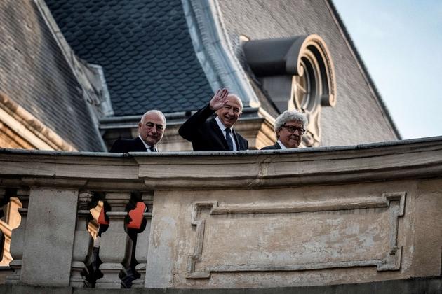 Gérard Collomb (c) à son arrivée à la mairie de Lyon, le 5 novembre 2018