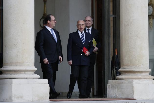 Le président François Hollande (G) sur le perron de l'Elysée avec le Premier ministre Bernard Cazeneuve (C) et le ministre de l'Intérieur Bruno Le Roux (D), le 10 décembre 2016