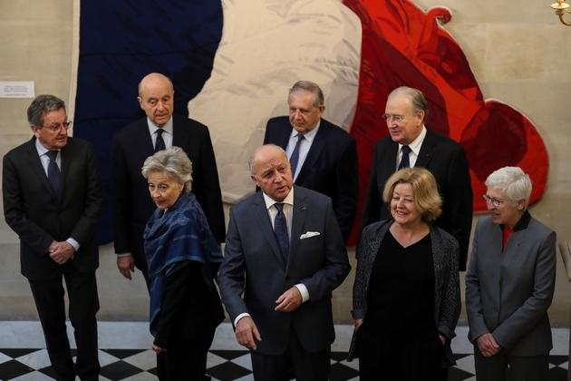 Le président du Conseil constitutionnel Laurent Fabius (C) entouré de sept des membres du Conseil le 12 mars 2019 à Paris