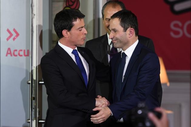 Poignée de mains entres Manuel Valls et Benoît Hamon au soir du second tour de la primaire PS, le 29 janvier 2017 à Paris